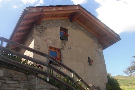 Petit chalet typique savoyard - Bourg-Saint-Maurice - กระท่อมบนภูเขา