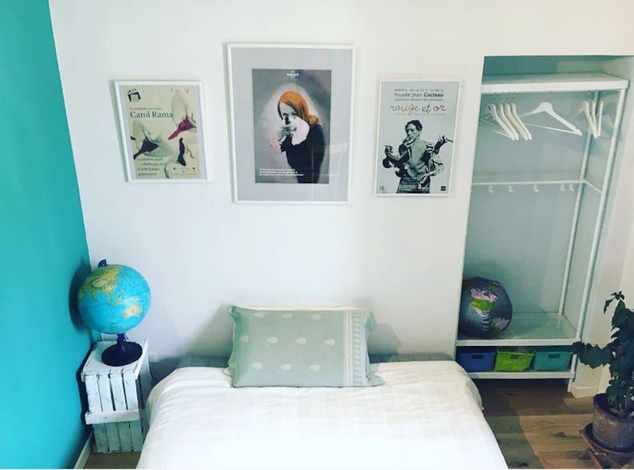 La camera 2 - Spazio letto e abiti
