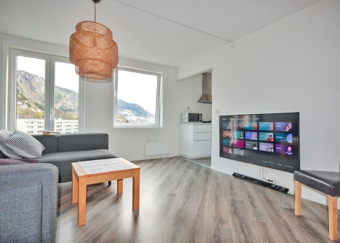 Stue med tv og utsikt