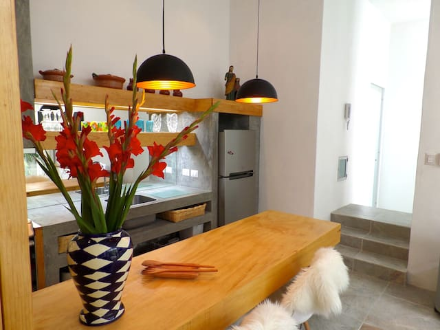 Elegant Bamboo Oasis, secure, garage, walk to all.