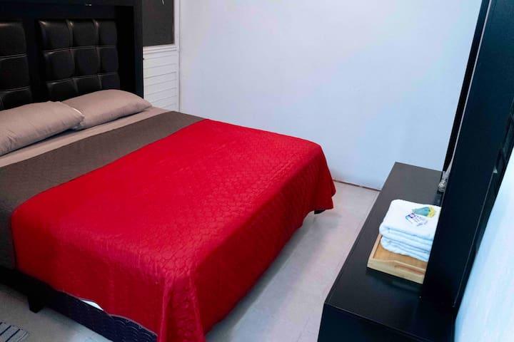 Recámara principal con cama king size, baño propio, closet, Colchon Serta para un descanso fascinante.