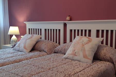 Habitación dos camas, con balcón. Totalmente renov