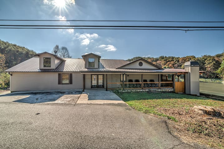 Toccoa River home w/private pool and quick access to Downtown