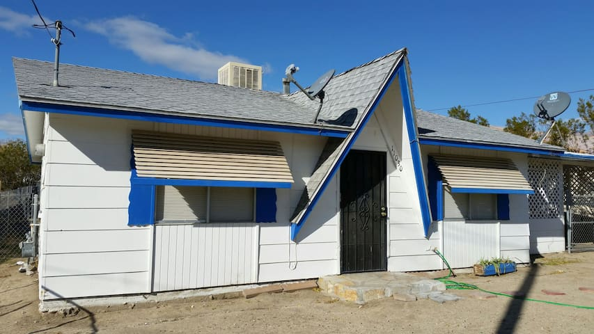 Charming 2 bedroom 1 bath home - Morongo Valley - House