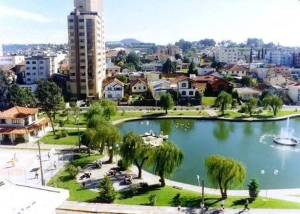 """Vista do famoso """"Tanque"""" e parte do Centro de Lages"""