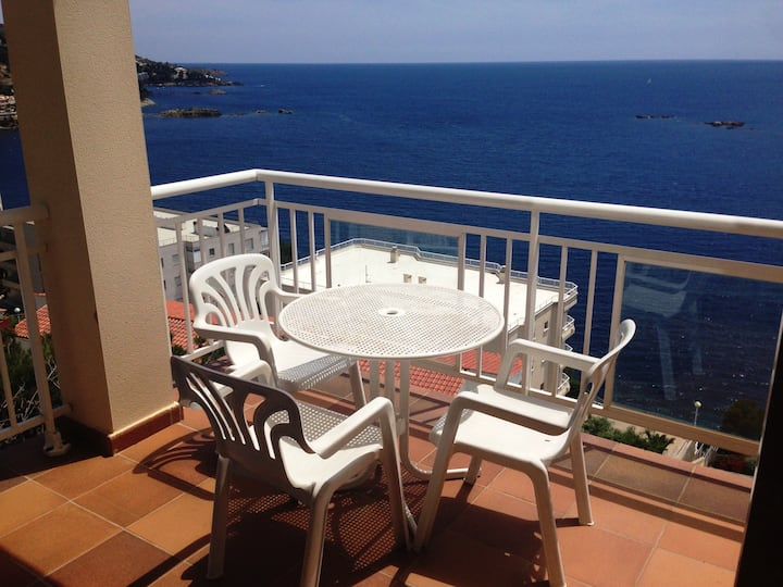 5. Apartment with incredible views of the Bay of Roses with community pool.