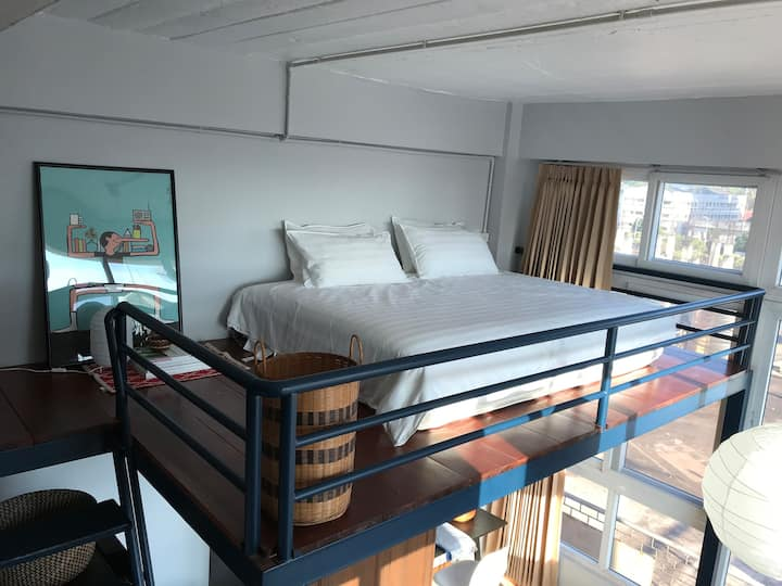Cozy loft apt, 7 min walk to patuxay