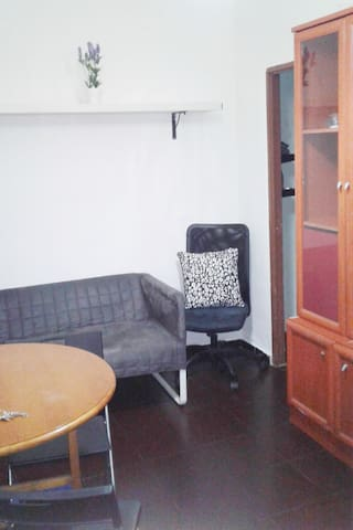 Cama doble confortable, impecable, silenciosa y con seguridad por dentro y por fuera. Techos altos y mueble para guardar tu ropa y equipaje.