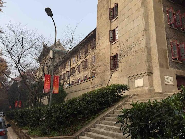武汉大学珞珈山樱花房,风景如画,樱花盛开。