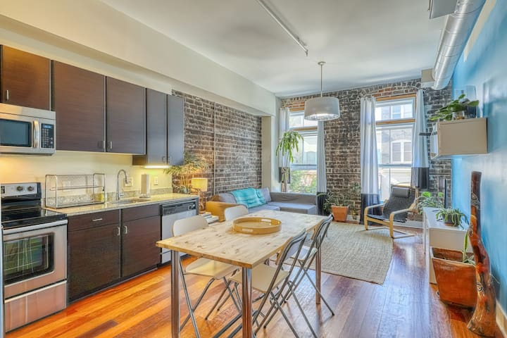 Eco-friendly chic condo in the heart of historic Savannah - walk to everything!