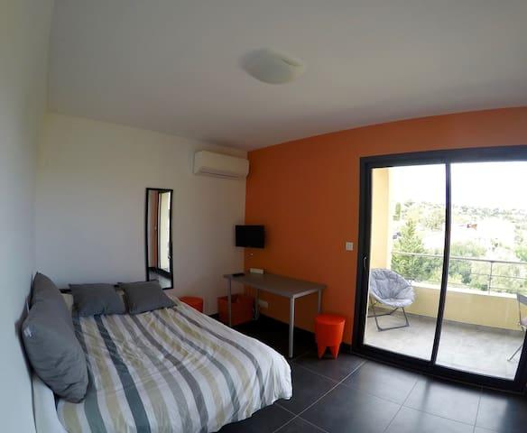 Chambre orange avec bureau