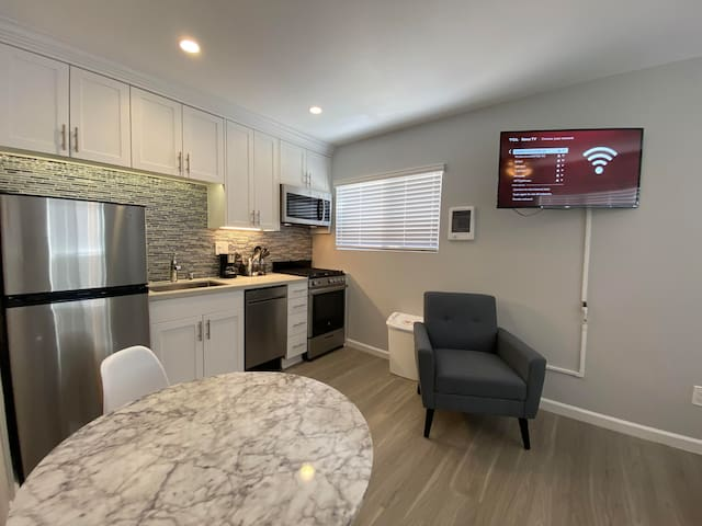 Remodeled Studio 2 Blocks from the Bay!! (#403)