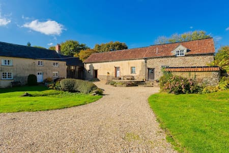 COB BARN Idyllic rural setting | 2 Bedrooms| Garden with BBQ| Pet Friendly| Country Views