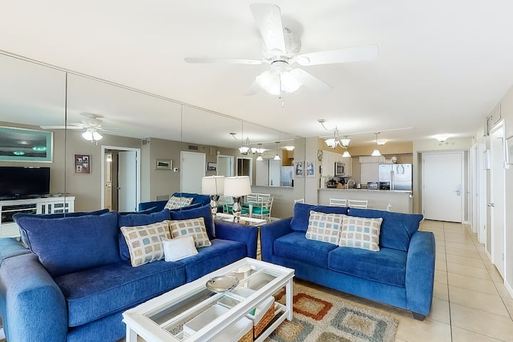 3rd Floor Cozy bay view condo, Beach setup & bicycles included, Near Everything