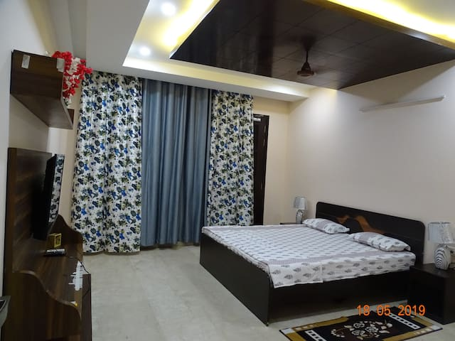 Luxury Private Room near Huda Metro, Fortis, 44 se