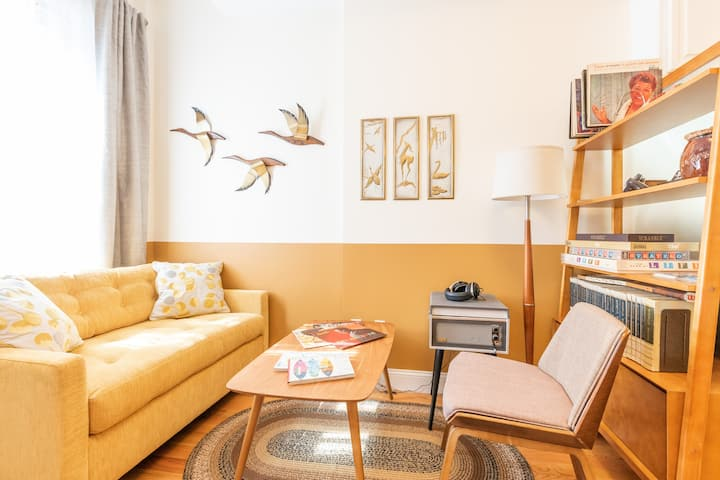 Delightful Mid-Century 1BR with Deck, Quick to NYC