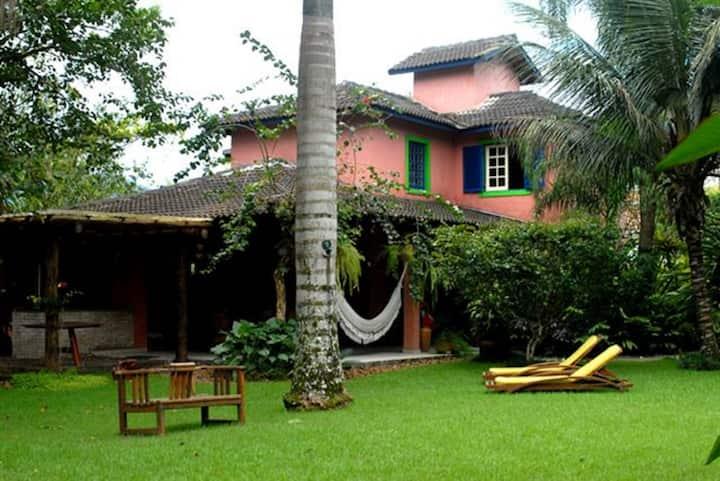 Casa charmosa, lindo jardim e casa de árvore