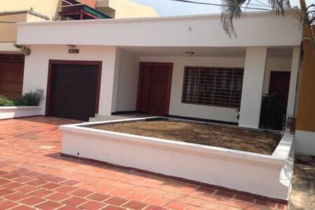Casa familiar con cuartos grandes - Барранкилья
