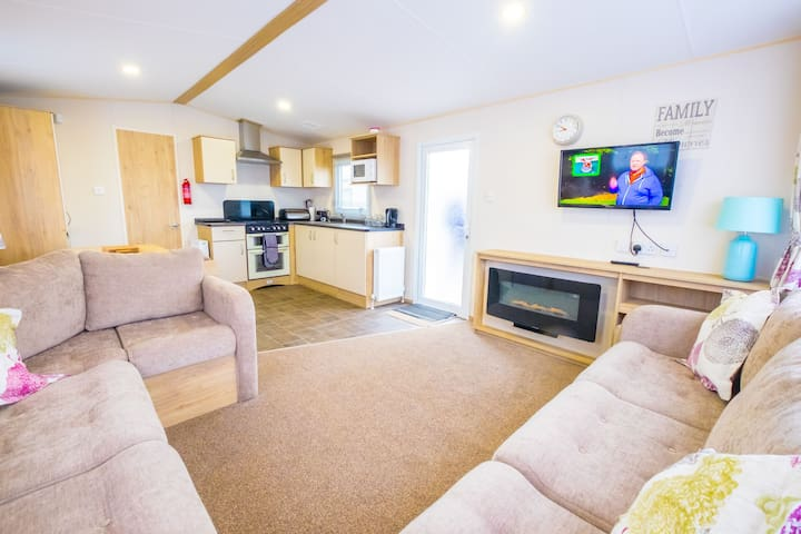 LBL5  - Camber Sands Holiday Park - Sleeps 8 + 2 Dogs - Full gated decking + 1 min walk from beach