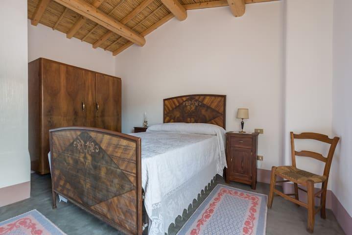 Camera matrimoniale con letto alla francese
