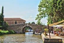 Pont du Somail sur la commune de Ginestas : primeurs, péniche bio, librairie ancienne et guinguettes