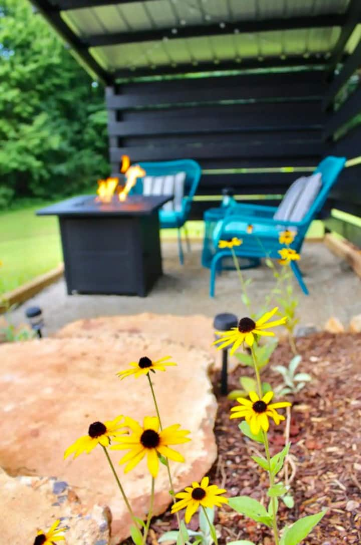 """mini"": private modern tiny house + gas fire pit"