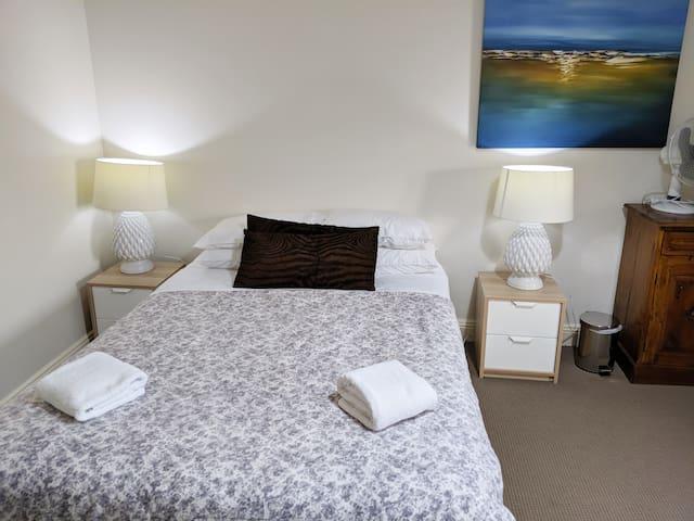 Master bedroom - Queen bed 1