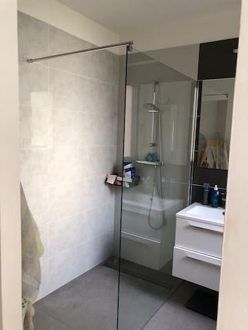 Salle d'eau avec deux vasques dans la suite parentale