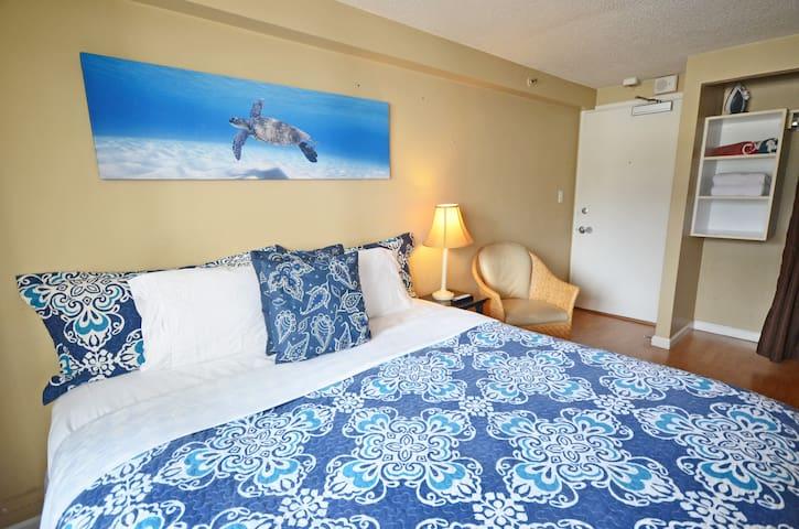 KV510 Waikiki Beach & dining 2-3 minute walk away!