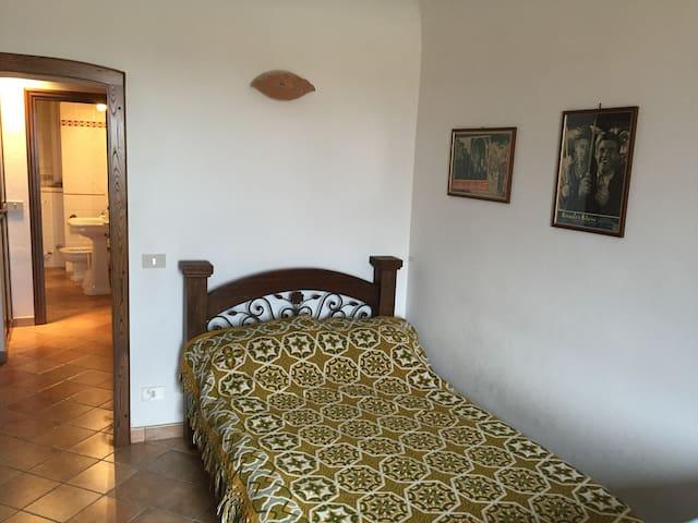 Camera da letto (letto a una piazza e mezzo) e un letto singolo