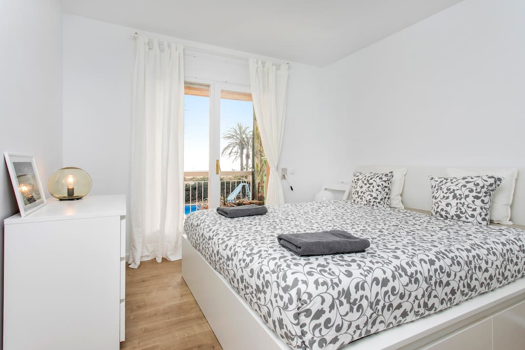 Double bedroom with private bathroom and view to the sea