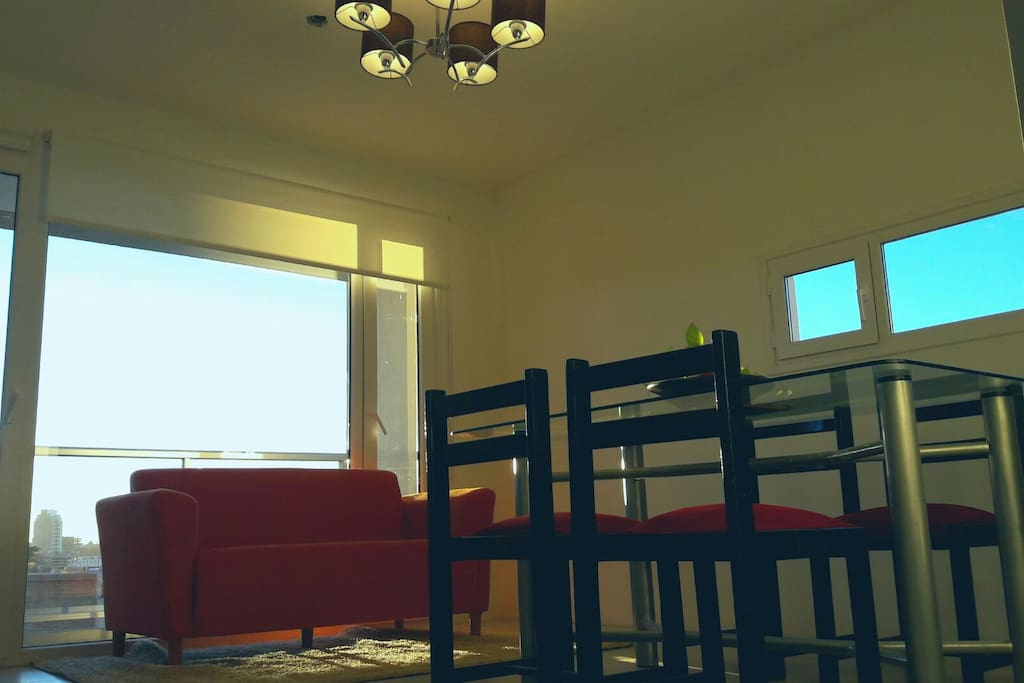 Estamos ubicados en el centro Neuquino, con una iluminacion natural y vista fenomenal, tenemos todo lo que necesitas a tu alrededor, bancos, hospital, traslado, estación de servicio, aire,TV,wifi. No dudes en consultarnos