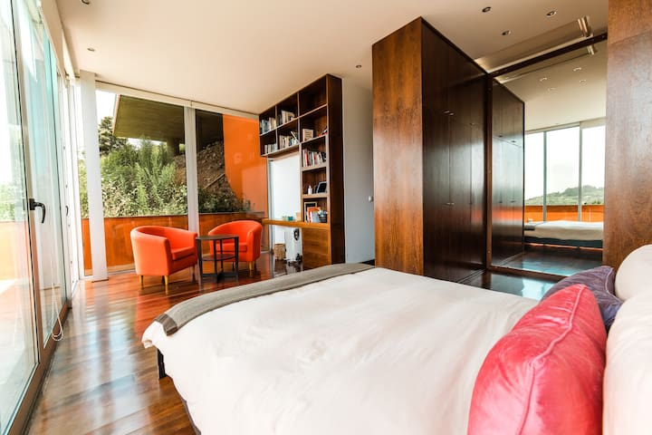 Spacious suite with lots of light surrounded by nature