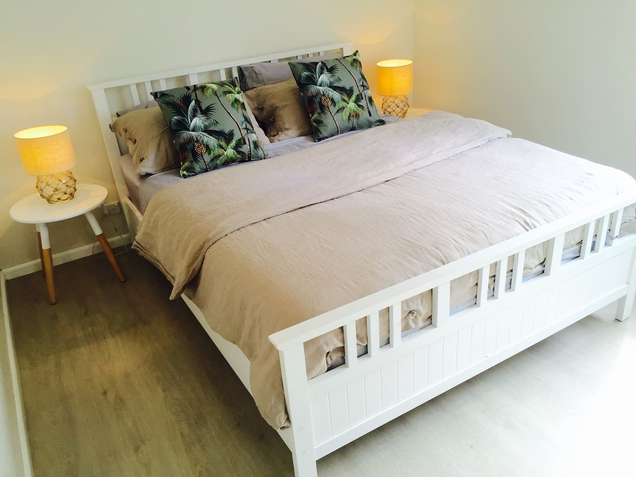 Comfy queen size bedroom, 100% Aussie cotton sheets, 500 thread count.