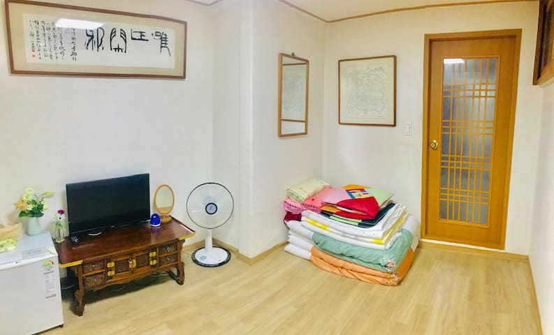 Spacious traditional room with a private shower & shower. 넓은 개인실. 4인까지 수용가능. 개인화장실.