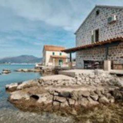 Secluded rustic house with spectacular sea view