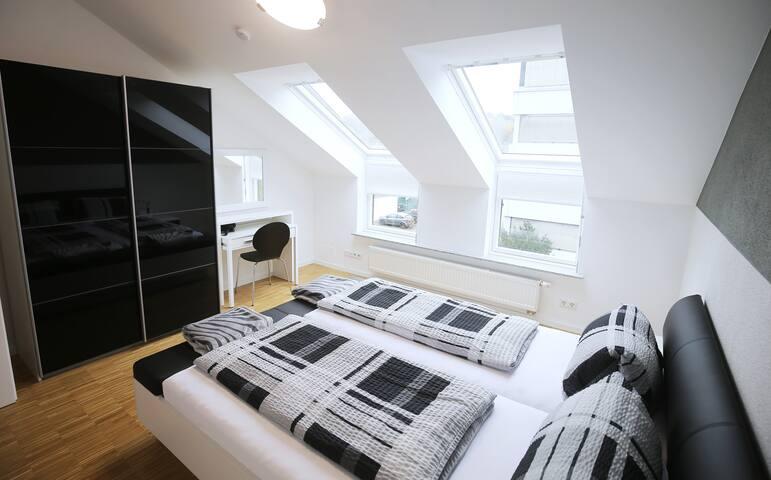 """NEW AP3"" Modernes Outlet-Apartment mit Balkon - Metzingen - Apartamento"