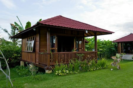 Wooden cottage with big garden - tabanan