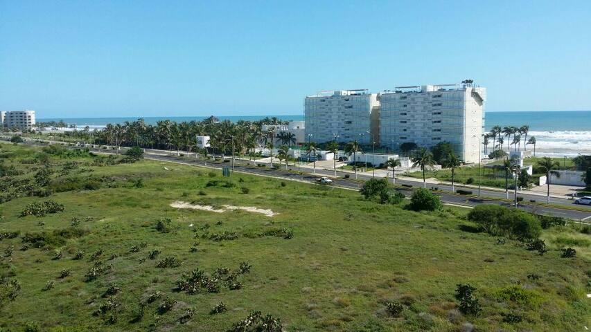 hermosa vista desde tu cuarto, donde podrás admirar la vegetación de Acapulco y su entorno de edificios de la Riviera Diamante Playa.