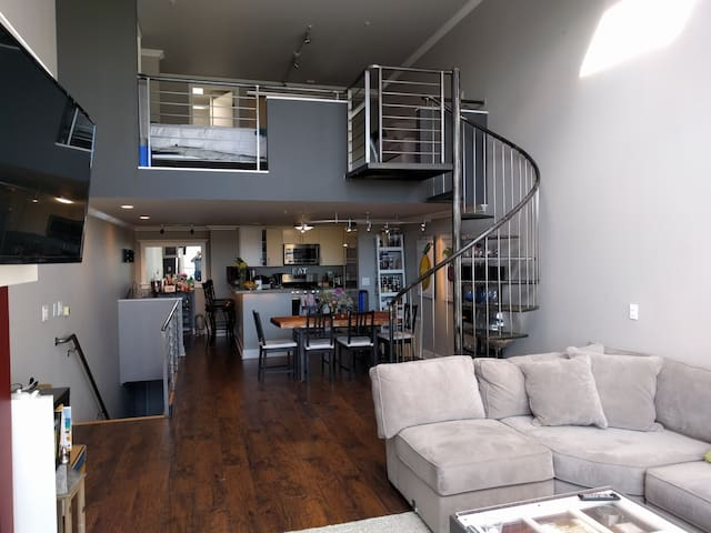 Central loft - walk to everywhere! Smarthome!!