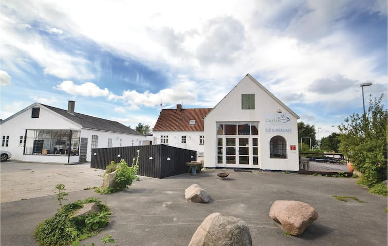 Semi-Detached with 12 bedrooms on 350m² in Glesborg