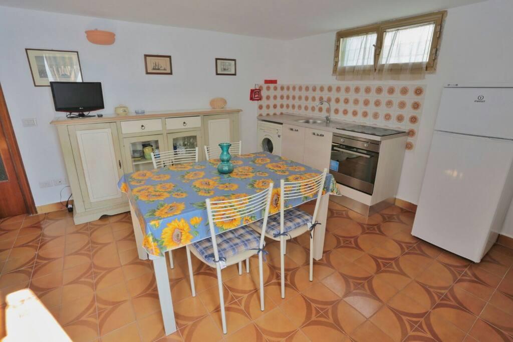 Il piano cottura è a induzione. In dotazione ci sono le stoviglie adatte, piatti, bicchieri e tazze per la colazione. C'è la lavatrice