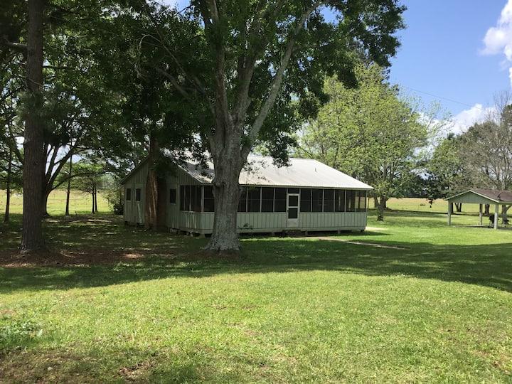 Cozy cabin on beautiful property near Lafayette.