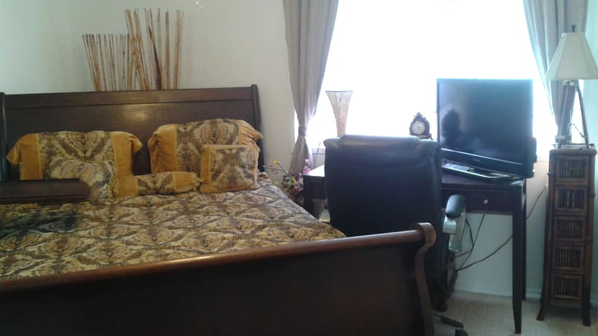 VERY CLEAN, COZY & COMFORTABLE PRIVATE BED & BATH