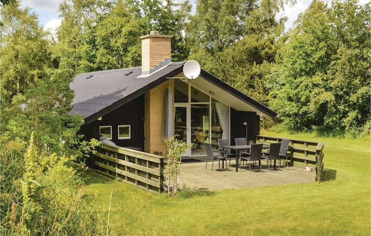 Holiday cottage with 2 bedrooms on 65m² in Jerup