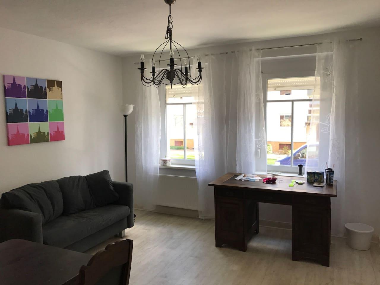 Wohnzimmer mit Schreibtisch oder 2. Schlafzimmer mit Schlafsofa