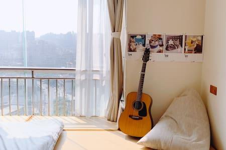 乐山「妮娜家民宿1」暑期8.8折l独家日式榻榻米|吉他可用|高清投影|张公桥好吃街乐山大佛l长租优惠