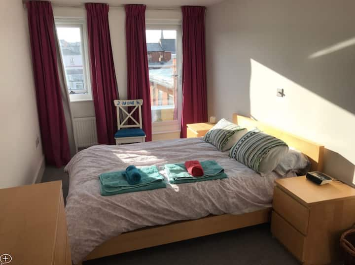 Double en-suite/balcony in Cheltenham-Free parking