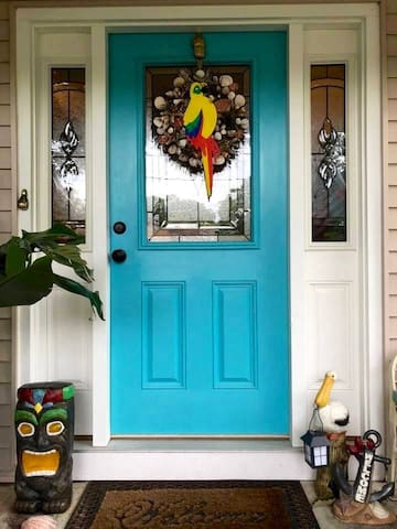 Turquoise Door ~Short drive to Pier  Village, L.B.