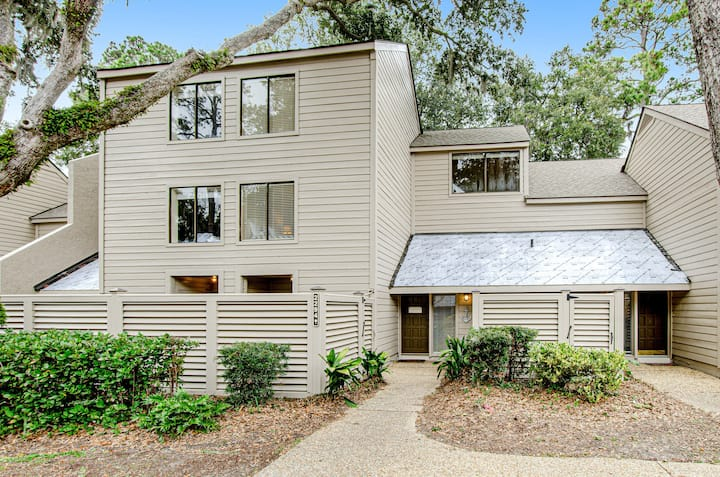 Dreamy escape w/ shared pool & tennis courts - close to golf & the beach!